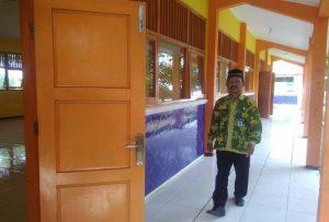 "Kepala SMP N II Bulu berada di aula sekolah yang akan menjadi lokasi berlangsungnya Talkshow ""Halo Bupati Spesial Bupati Mengajar"", tanggal 02 Mei 2019."