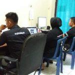 Tiga personel di Sub Bagian Humas Polres Rembang mencermati informasi di media sosial, Kamis (04/04).