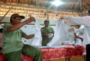 Petugas KPPS di Desa Sendangmulyo, Kecamatan Bulu menghitung surat suara.