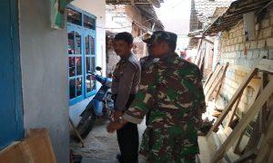 Anggota Polsek dan Koramil Sarang menyisir perkampungan sekitar rumah korban hilang. Bahkan dalam sumur pun turut dilihat.