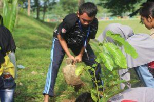 Peserta LCC menanam pohon di dekat Waduk Panohan Gunem. (Gambar atas) Isteri Bupati, Hasiroh Hafidz berdialog dengan peserta LCC.