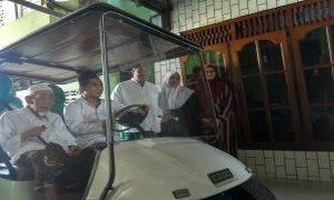 Wakil Gubernur Jawa Tengah, Taj Yasin bersama Kiai Maimoen Zubair berangkat menuju TPS, untuk mencoblos, Rabu (17/04).