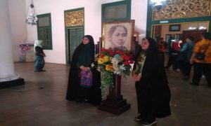 Delegasi Iran saat berkunjung ke Museum Kartini Rembang. (Gambar atas) Penerjemah membantu komunikasi antara Bupati Rembang dengan pejabat dari Iran, Selasa (09/04).