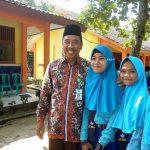 Bupati Rembang, Abdul Hafidz bersama pelajar yang sempat bertanya tentang membawa HP di sekolah.