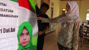 Siti Rizqiyah Putri Dwi Ani menunjukkan salah satu atribut kampanyenya saat menggalang suara pemilih. (Gambar atas) Ani berbincang dengan ayahnya, Muhammad Ali, Kamis (16/05).