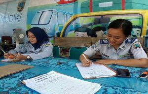 Dua orang pegawai Dinas Perhubungan menjaga Posko Mudik Lebaran di pinggir jalur Pantura, depan Kantor Dishub Rembang, Jum'at (31/05).