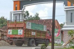 Truk mengangkut gas elpiji 3 Kg, mengedrop ke Desa Megulung, Kecamatan Sumber, belum lama ini.
