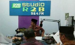 Suasana siaran di ruang studio Radio R2B Rembang. R2B siap menyambut bulan suci Ramadan, dengan beragam program menarik.