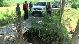 Mobil yang terlanjur masuk jalan Grabag – Sridadi tak bisa lewat, karena jalan putus akibat banjir.