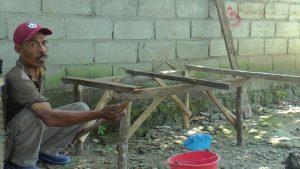 Penjual bengkuang di Desa Japeledok, Kecamatan Pancur membuat lapak dagangan baru. (Gambar atas) Surati, penjual bengkuang mengungkapkan perihal kecelakaan.