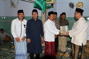 Bupati Rembang, Abdul Hafidz menyerahkan bantuan kitab suci Al-qur'an, sesuai tarawih keliling di Masjid Desa Karasgede, Kec. Lasem, Sabtu malam (25/05).