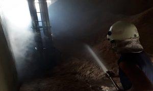 Petugas pemadam kebakaran menjinakkan api di salah satu bangunan pabrik usaha beras PT. Sari Buana Hasil Bumi, Sabtu pagi (04/05).