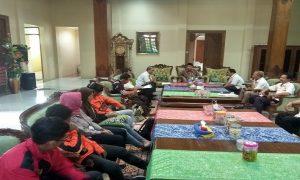 Bupati Rembang, Abdul Hafidz berbincang dengan pengurus KONI dan pelaku olahraga, Rabu siang (29/05).