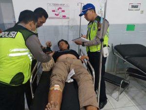 Polisi meminta penjelasan dari salah satu korban luka, pengemudi mobil. (Gambar atas) Warga melihat kondisi Honda Mobilio yang dihantam truk tronton di jalur Pantura Desa Blimbing, Kecamatan Sluke.