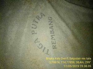 Kaos bertuliskan Tiga Putra yang dikenakan korban. (Gambar atas) Aparat kepolisian di Kalimantan Selatan mengevakuasi jenazah korban. (Dok. Polisi).