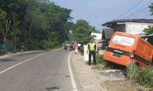 Mobil PT. Pos Indonesia mengalami kecelakaan lalu lintas di Desa Bangunrejo, Kecamatan Pamotan, Sabtu siang. (Gambar atas) Dua jenazah korban yang meninggal dunia.