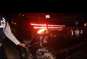 Mobil Wakil Bupati Rembang rusak bagian belakang. (Gambar atas) Mobil lain yang rusak bagian depan.