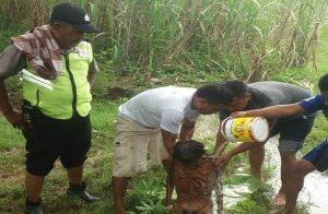 Warga memandikan pria tanpa identitas yang ditemukan sekarat di kebun tebu Desa Landoh, Kec. Sulang, Rabu (01 Mei 2019). Korban akhirnya meninggal dunia.