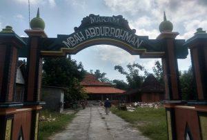 Makam Mbah Abdurrohman di Desa Waru, Rembang. (foto atas) Ilustrasi kambing dan harimau.