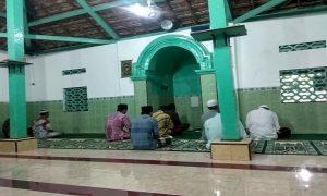 Tiang di Masjid Tiban Desa Gedongmulyo ini merupakan tiang asli yang masih dipertahankan. (foto atas) Ada batu pasujudan di bawah tempat imam Masjid Tiban.