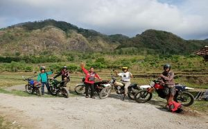 Aktivitas komunitas Geng Trail Tua menjelajah alam di Kabupaten Rembang.