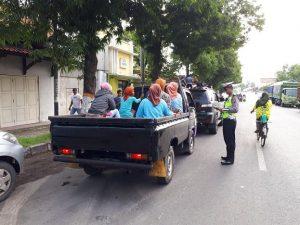 Salah satu sasaran Operasi Keselamatan lalu Lintas Candi di Kabupaten Rembang adalah warga yang naik kendaraan bak terbuka.