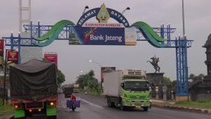 Truk-truk besar masih melintas di jalur Pantura Sarang, Kab. Rembang, titik perbatasan Provinsi Jawa Tengah dengan Jawa Timur.