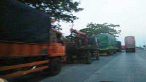 Parkir truk-truk besar di pinggir jalur Pantura Kaliori dianggap rawan kecelakaan dan mesti diwaspadai para pemudik.