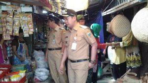Bupati dan Wakil Bupati Rembang memantau harga kebutuhan pokok di Pasar Rembang, Senin (27/05).
