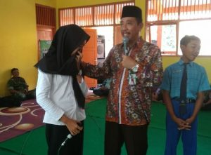 Siswi SMP N II Bulu, Zumrotun Nikmah menangis, saat berdialog dengan Bupati Rembang, Abdul Hafidz, Rabu (15/05).