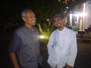 Agus Sutrisno (berpeci), bersama dengan Wakil Ketua DPD PKS Kabupaten Rembang, menyampaikan pandangannya usai Pemilu.
