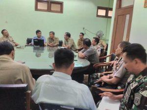 Pertemuan di kantor Dinas Kelautan Dan Perikanan Kabupaten Rembang. (Gambar atas) Aparat keamanan mencegah supaya masyarakat Desa Pasar Banggi tidak menggeruduk Desa Tunggulsari, Senin dini hari (13/05).