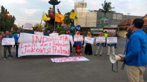 Aktivis PMII Rembang menggelar aksi turun ke jalan, Rabu sore (29/05).