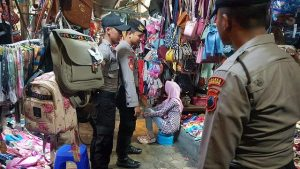 Aparat kepolisian memantau situasi Pasar Rembang, Senin (27/05).