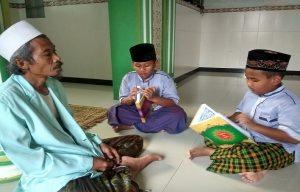 Kiai Sulaeman melatih santrinya membaca kitab suci Al-Qur'an di Pondok Pesantren Alfurqon, Sedan,