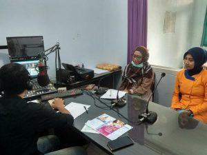 drg. Rasdiana Pramitasari dari RS Bhina Bhakti Husada Rembang menjelaskan seputar kesehatan gigi, saat talkshow di Radio R2B, Kamis (02/05).