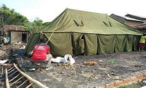 Usai kebakaran, Kadar sekeluarga menempati tenda pinjaman dari PMI Kabupaten Rembang. (Gambar atas) Bupati Rembang, Abdul Hafidz mengunjungi korban kebakaran warga Desa Banggi, Kec. Kaliori, Kamis (16/05).