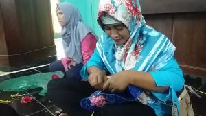 Seorang perwakilan Bank Sampah di Rembang membuat kerajinan berbahan sampah plastik.