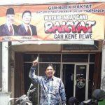 Kandidat calon Wakil Bupati, Darmawan Budiharto menunjukkan spanduk di depan kantornya, Jl. Pemuda KM 03 Rembang.