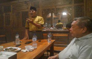 Budi Setiawan, bos PT. BRTK mendengarkan sambutan kandidat calon Bupati Rembang, Sukaryono, Kamis petang (23/05).