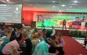 Syafii Effendi, ketika memotivasi seribuan pelajar dan mahasiswa di Rembang, Minggu (26/05).