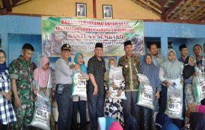Pembagian paket Sembako di Kecamatan Sumber yang berasal dari dana surplus eks PNPM.