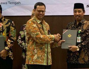 Bupati Rembang, Abdul Hafidz menerima keputusan predikat opini WTP dari BPK.