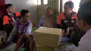 Anggota YVCI Rembang memberikan paket Lebaran kepada anak penyandang disabilitas di Desa Gedongmulyo, Kecamatan Lasem.