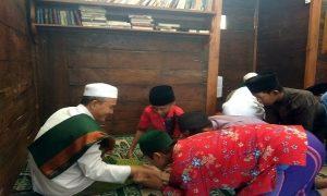 Gus Zaim bersama para santri. (Gambar atas) Seorang santi di Pondok Pesantren Kauman Lasem sedang mengaji.