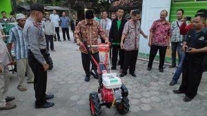 Bupati Rembang, Abdul Hafidz menunjukkan bantuan Alsintan, belum lama ini.