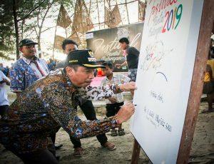 Bupati Rembang, Abdul Hafidz saat berada di Pantai Balongan Desa Balongmulyo, Kec. Kragan.