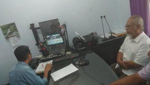 Dokter spesialis bedah RS Bhina Bhakti Husada Rembang, dr. Bambang Suhartanto mengisi talk show tentang kanker payudara di Radio R2B, Kamis pagi (13/06).