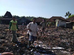 Pasca kebakaran di Dusun Punggul Desa Sendangmulyo, warga mengadakan kerja bhakti, Jum'at (21/06).