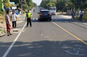 Anggota Satlantas Polres Rembang melakukan olah TKP di lokasi kecelakaan, Jl. Rembang – Blora, Desa Kedungrejo, Rembang.
